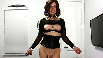 Mature Mommy shows off her cock -TgirlzCum.com