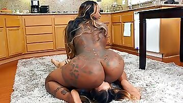 Victoria Cakes put her huge ass on Lulu Chus face and got pussy licked