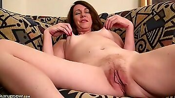 Mature pussy looks so good in close up