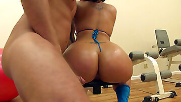 Ava Rose has jumbo booty that needs workout in the gym
